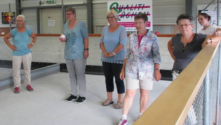 Boccia ist ein Präzisionssport, wie die freiwilligen Betreuerinnen und Betreuer der Tagesstätte in Frick im Bocciaclub lernen.