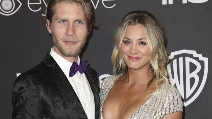 """Kaley Cuoco, bekannt geworden als Penny in der TV-Serie """"The Big Bang Theory"""", hat am Samstag den Springreiter Karl Cook (l) geheiratet. (Archivbild)"""