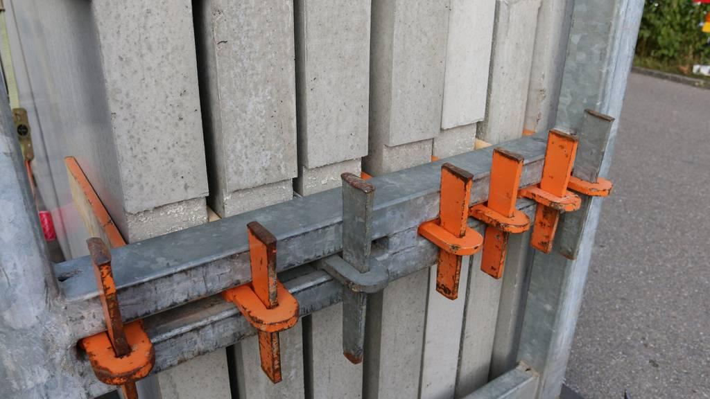 Eine der schweren Betonplatten kippte um und klemmte den Arbeiter ein.