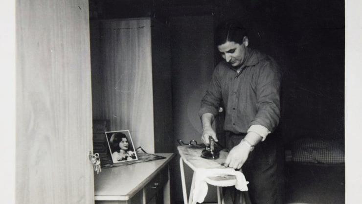 Im Jahr 1963 wohnte Ulder Ligi in einer einfachen Unterkunft in Olten. Da seine Freundin damals noch nicht in der Schweiz war, musste er seine Hemden selber bügeln.
