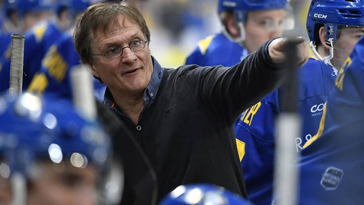 Diesmal weist der Davoser Trainer Arno Del Curto seinem Team den Weg zum Sieg
