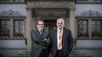 Wollen in den Ständerat: Die beiden Schwyzer Regierungsräte Kaspar Michel (FDP, links) und Othmar Reichmuth (CVP) vor dem Regierungsgebäude.