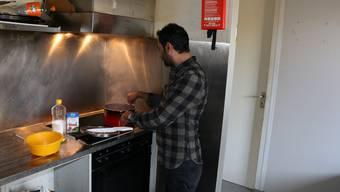 Beim Kochen in der Möhliner Asylunterkunft an der Sailistrasse müssen sich die Bewohner aufgrund des Platzes absprechen.