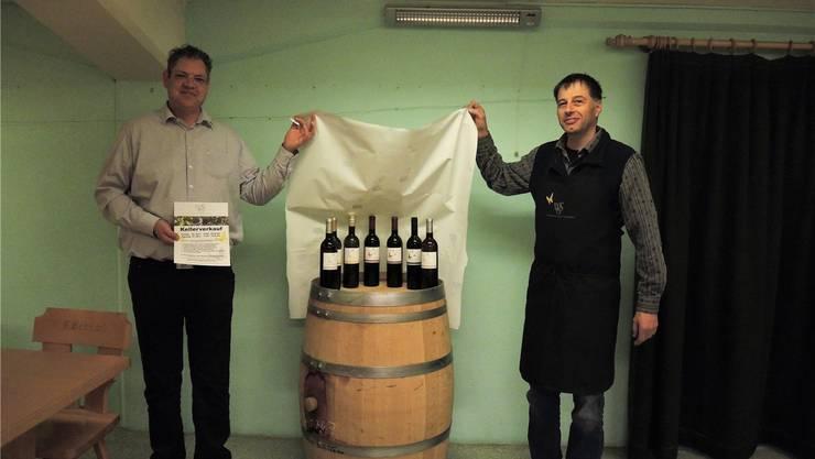 Peter Zobrist (links) und Heinz Simmen präsentieren die neue Premiumlinie mit den typischen Schmetterlingen auf den Etiketten.MFU