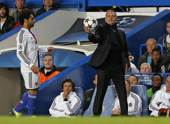Ein erstes Zeichen von Respekt: José Mourinho gibt Mohamed Salah den Ball.