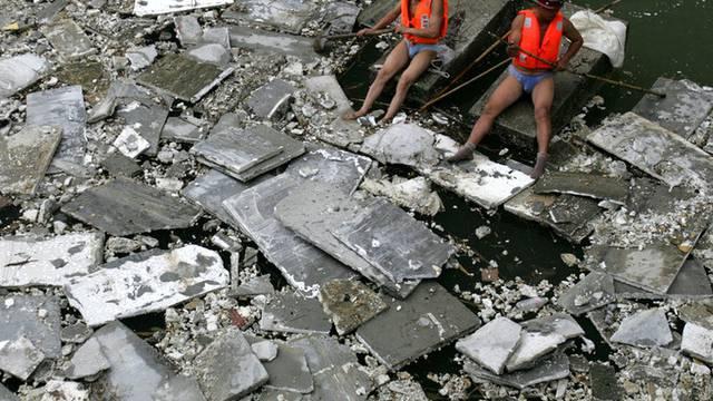Arbeiter kämpfen gegen den Müll im Jangtse-Fluss (Archiv)