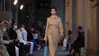 Ein Model trägt eine Kreation der Kollektion für Frühling/Sommer 2021 von Max Mara während der Fashion Week in Mailand. Foto: Antonio Calanni/AP/dpa