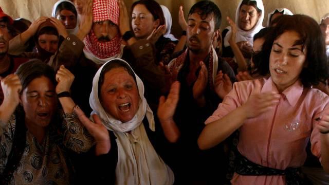 Trauernde jesidische Frauen im Irak