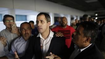ARCHIV - Juan Guaido (M), selbst ernannter Übergangspräsident von Venezuela, kommt am Flughafen in Caracas an. Foto: Rafael Hernandez/dpa