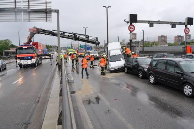 Während den Bergungsarbeiten musste die Brücke in Richtung Schweiz gesperrt werden.