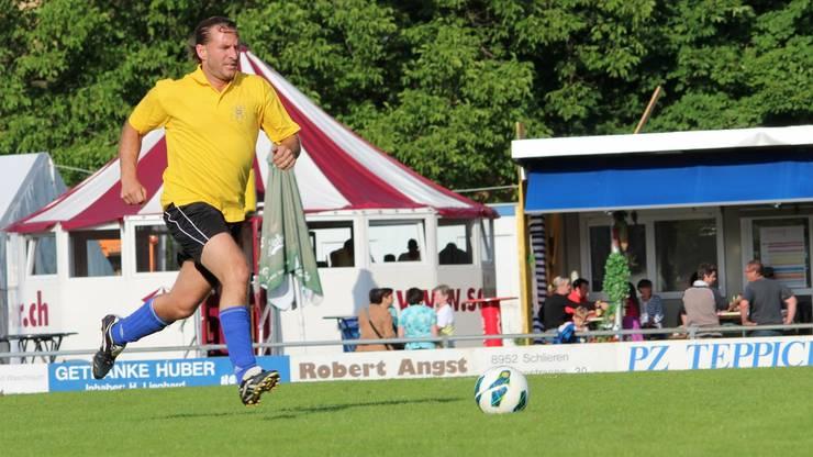 Christian Martin vom Team Gewerbeverein Schlieren hechtete zielstrebig mit dem Ball zum gegnerischen Tor.