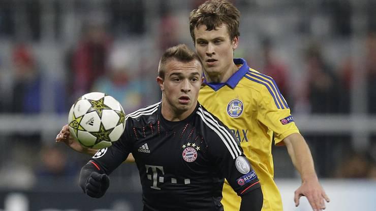 Bayern-Torschütze Xherdan Shaquiri verfolgt von Denis Polyakov