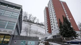 Wegen akuter Felssturzgefahr sind in der Nacht auf Dienstag in der Stadt Luzern 125 Bewohner eines Mehrfamilienhauses evakuiert worden.