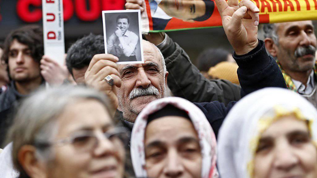 Der Rückhalt für Demirtas ist innerhalb der HDP-Anhänger riesig. Dennoch stellte sich der inhaftierte Parteichef nicht zur Wiederwahl, eine neue Parteispitze soll die prokurdische Partei in den Wahlkampf führen. (Archivbild)