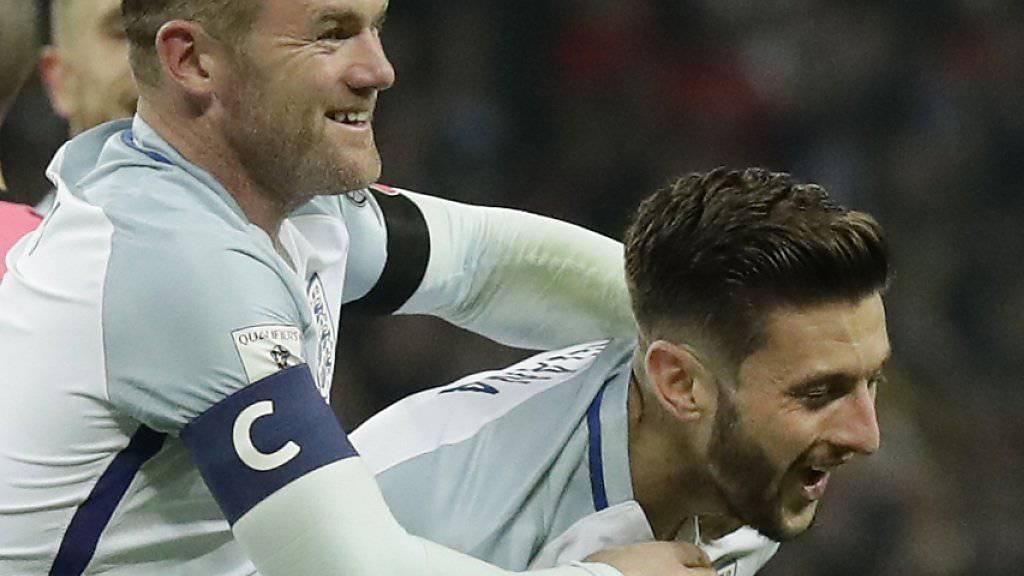 Englands Captain Wayne Rooney gratuliert Adam Lallana zu seinem 2:0-Treffer gegen Schottland