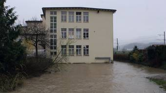 Die Suhre umschloss 2006 im Hirschthal ein Gebäude vollständig.