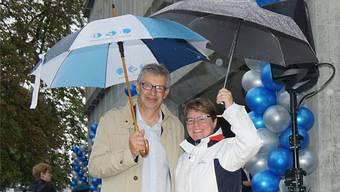 Trotz Regen: Stadtammann Daniel Mosimann und Hypi-CEO Marianne Wildi freuen sich über die neuen Sitzgelegenheiten.