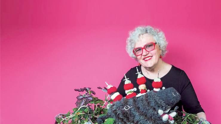 DominiqueKähler strickt als Madame Tricot dreidimensionale Objekte. Sie wird im Museum der Kulturen ihre Kunst auch den Besuchern beibringen.