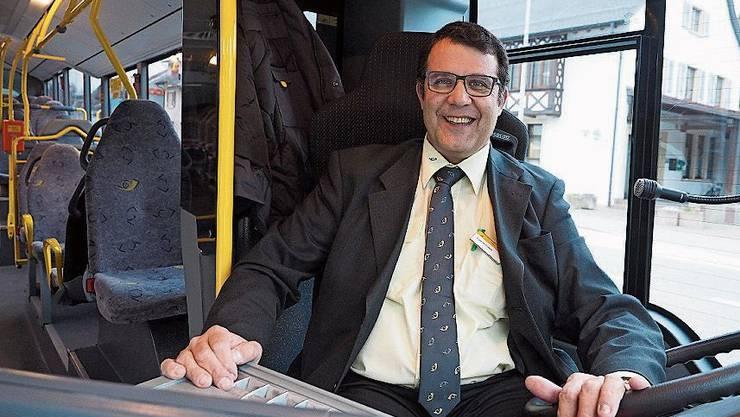 Roger Fricker am Steuer des Benken-Postautos.