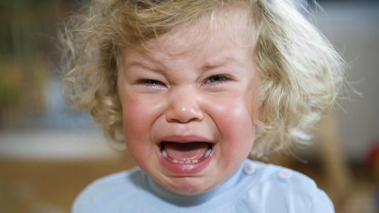 Kaum etwas verstört uns so sehr wie ein herzzerreissend weinendes Kind. Eltern sollten es in solchen Momenten keinesfalls alleine lassen, denn auch ein Kind weint nie grundlos.