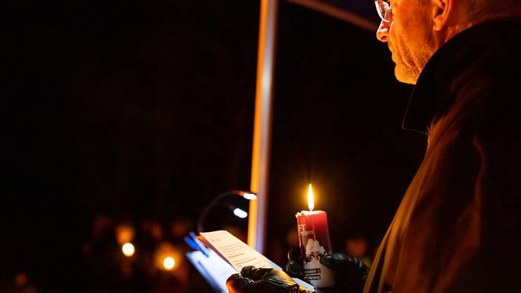 Weihbischof Alain de Raemy beim nächtlichen Weihnachtsfest in der Ranftschlucht in Obwalden.