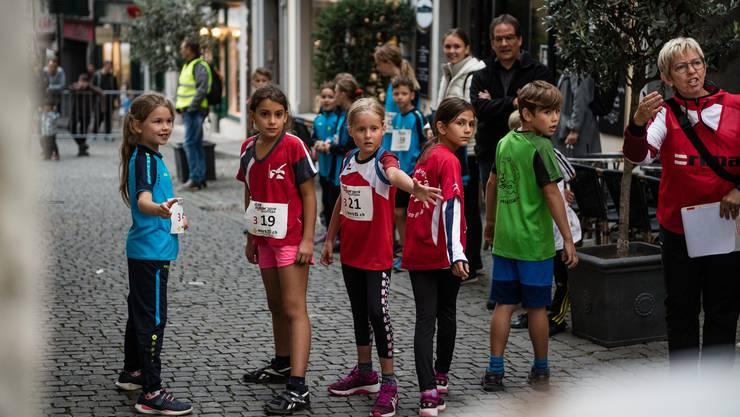 Das 47. Staffelrennen «Quer durch Solothurn» sorgte für jede Menge Spannung: Diese Läuferinnen erwarten die Ankunft ihrer Lauf-Gespänli.