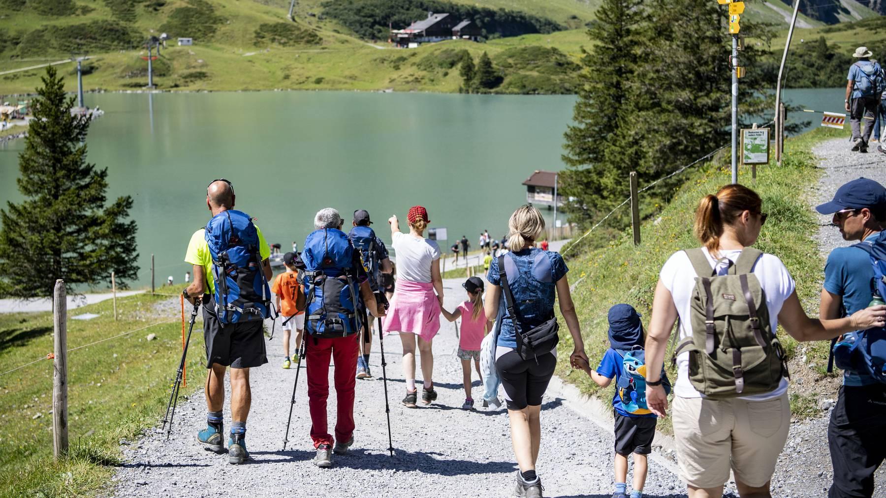 Wanderer und Spaziergänger geniessen einen Sommertag am  Trübsee of Engelberg.