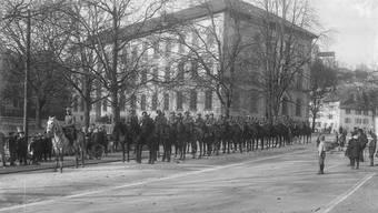 Eine Dragoner-Schwadron zur Bewachung von Ruhe und Ordnung nimmt Aufstellung vor dem Badener Schulhaus, dem heutigen Bezirksgebäude.