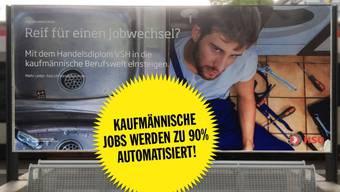 Dieses Plakat prangt am Bahnhof in Aarau.