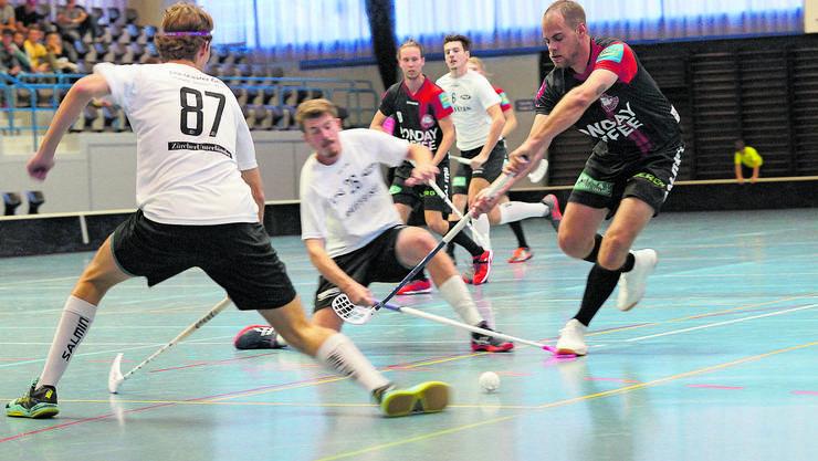 Sebastian Ladner (rechts) im Kampf um den Ball für Unihockey Limmattal.