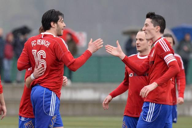 Reinachs Ivano Biancavilla (r.) erzielt den Siegtreffer zum 0:1 und lässt Aeschs Goalie Yannick Flocken (l.) keine Chance.