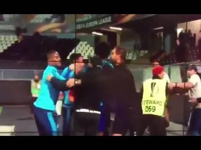 Das erste Handgemenge zwischen Evra und den Fans.