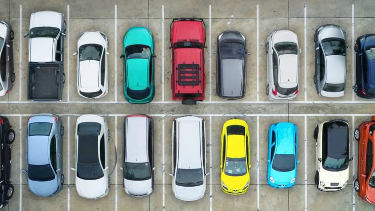 Ob es in Basel mehr Parkplätze geben soll, entscheidet nun das Volk (Symbolbild)