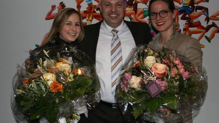 Der frisch gewählte TCR-Juniorenobmann Giovanni Califano, flankiert von seiner Vorgängerin Amanda Bisig (links) und der ebenfalls abtretenden Spielleiterin Anina Früh (rechts).