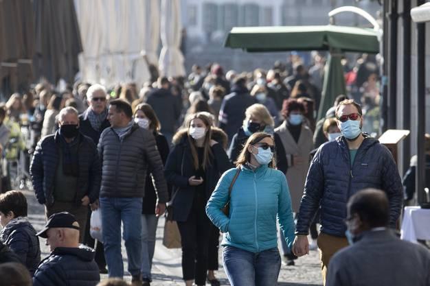 Der Masse weichen wir jetzt lieber aus - aber auf Spazierwegen wird ein Grüezi immer noch gerne gehört.