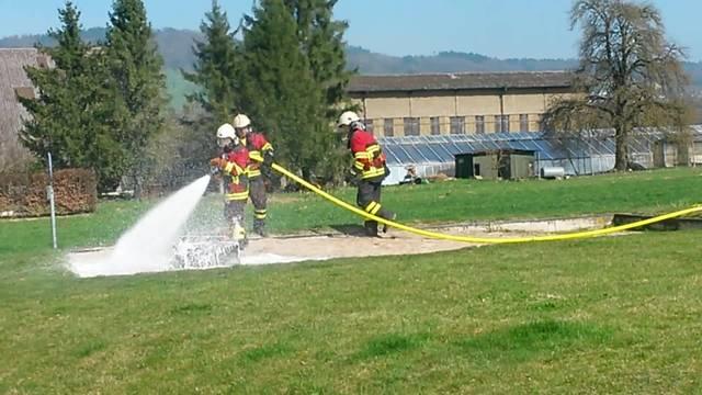 Die Feuerwehr Boniswil-Hallwil demonstriert die Brandbekämpfung mit dem neuen Tanklöschfahrzeug.