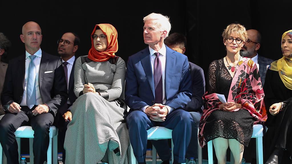 """An der Gedenkfeier für den ermordeten Journalisten Jamal Khashoggi am Tatort in Istanbul nahmen unter anderem seine türkische Verlobte Hatice Cengiz (mit orangem Kopftuch) und """"Washington Post""""-Besitzer Jeff Bezos (ganz links) teil."""