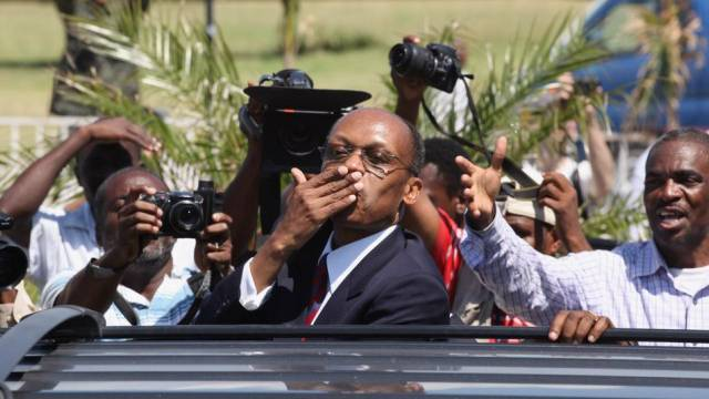 Jean-Bertrand Aristide (M.) bei seiner Rückkehr im März 2011