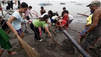 Reinigungsarbeiten am Strand von Rosario wegen der Ölverschmutzung