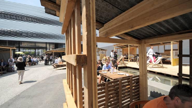 Die Holzhütten von Kawamata konstrastieren mit dem Messebau.