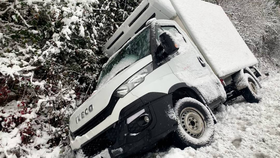 Zufikon: Lieferwagen kommt von Sädelstrasse ab