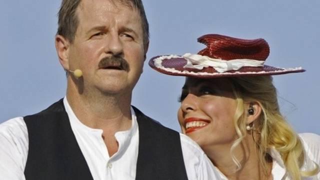 Hanspeter Müller-Drossaart spielt den Dällebach Kari, an seiner Seite Carin Lavey als Annemarie Geiser (Archiv)