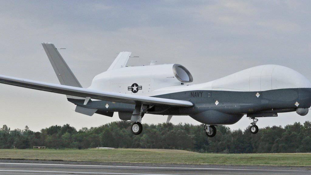 Die vom Iran abgeschossene US-Drohne kann bis zu 19,8 Kilometer hoch fliegen - deutlich höher als Verkehrsflugzeuge. Sie ist knapp 15 Meter lang und hat eine Spannweite von 40 Metern. Zum Vergleich: Eine Boeing 737 hat gut 33 Meter Länge und eine Spannweite von knapp 36 Metern. (Archivbild)