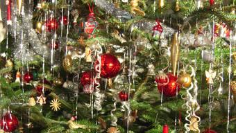 «Oh Tannenbaum, oh Tannenbaum.» Einst reichlich geschmückt – und dann ein strassensäumender Wegwerfartikel. (Symbolbild)