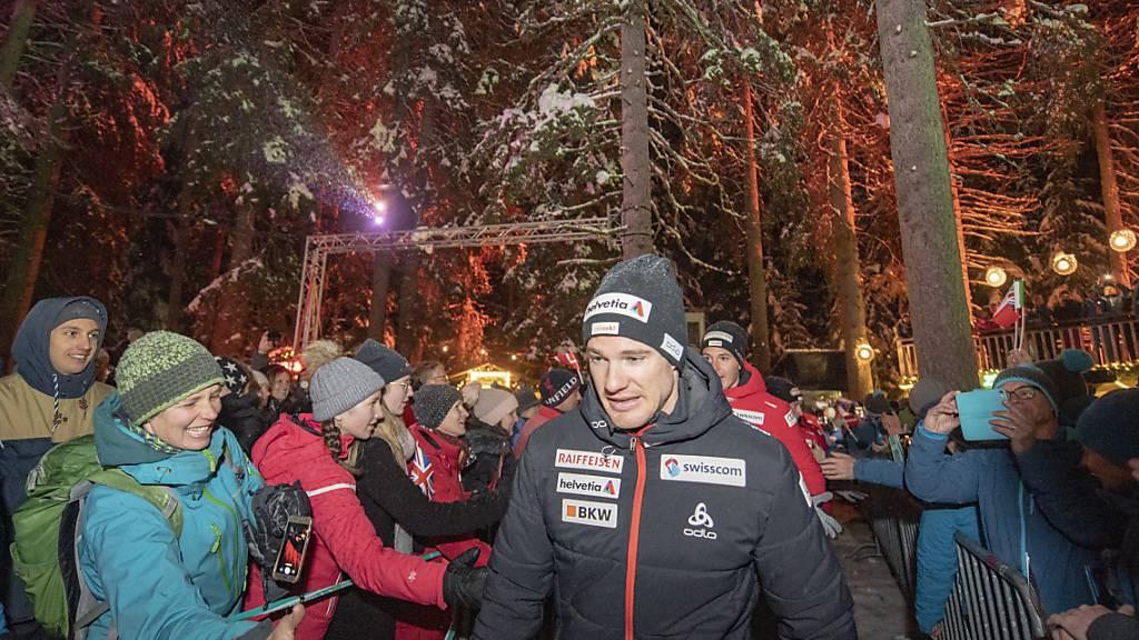 Dario Cologna wird in Lenzerheide von den Schweizer Fans begrüsst.