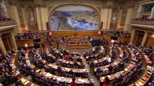 Leuthard und Schneider-Ammann verlassen den Nationalratssaal