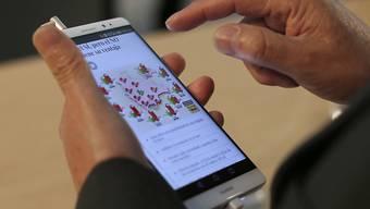 Huawei-Smartphone an einem Kongress in Barcelona: Der chinesische Mobiltelefon-Hersteller will künftig den Sprachdienst Alexa von Amazon auf seinen Geräten anbieten. (Archivbild)