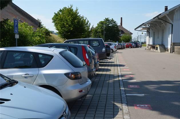Bahnhof Muri: Dicht belegt, weil günstiger als die Gemeindeparkplätze.