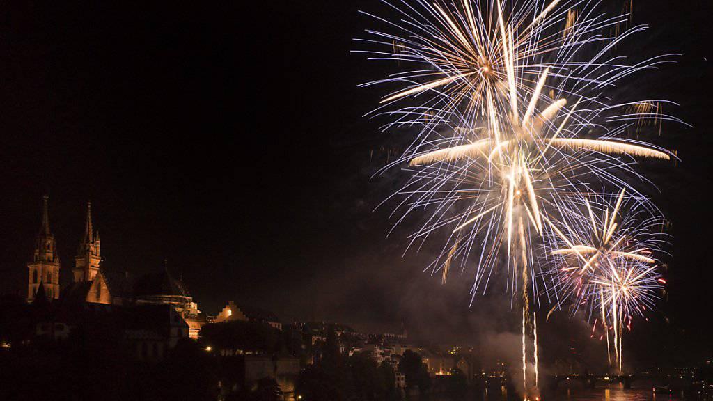 Das Feuerwerk über dem Rhein in Basel am Vorabend des Nationalfeiertages.