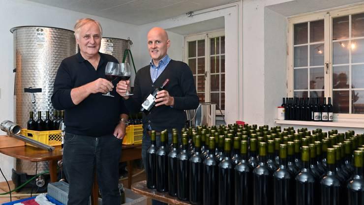 Hans und Claudio von Felten bauen auf dem Trimbacher Mühlehof nach rund 400 Jahren wieder Reben für Trimbach Wein an - mit dem Jahrgang 2017 kommen die ersten Flaschen des biozertifizierten Weines in den Verkauf.